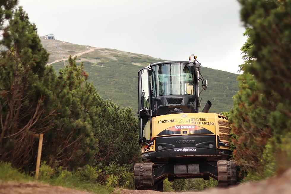 Přístupová trasa na vrchol Sněžky z Růžové hory se opravuje.