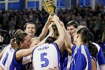 Basketbalistky Kary Trutnov slaví bronz.