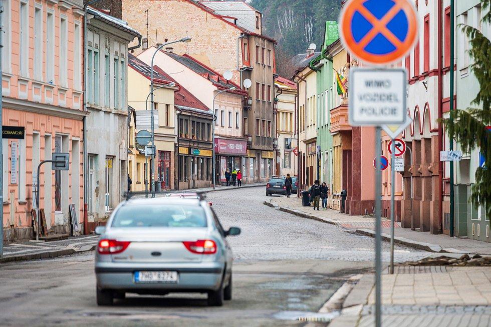 Ulice Pod městem v Úpici projde letos velkou rekonstrukcí. Silnici čeká výměna kostek za asfalt.