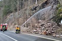 V Hořejším Vrchlabí napadalo kamení do vozovky