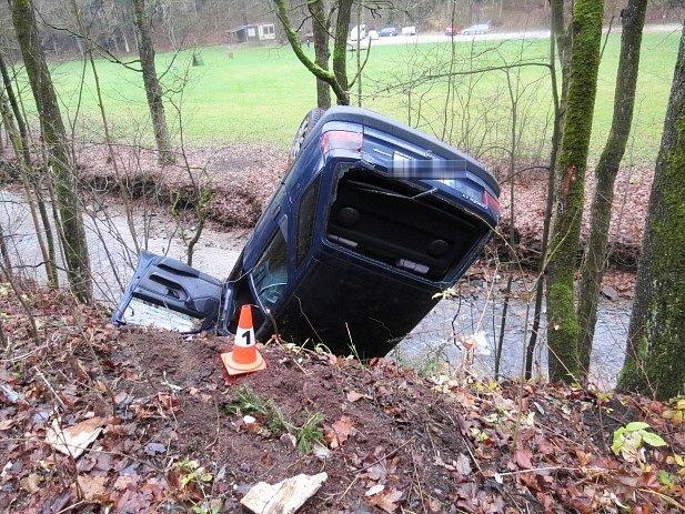 Opilý muž bez řidičáku skončil na střeše