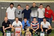 PÁTÉ VÍTĚZSTVÍ na halovém klání ve Rtyni slavil tým Fefermint Boys. Petr Holubec (dole uprostřed) navíc získal trofej pro hráče turnaje. Nejlepším brankářem byl Jan Švejdar (FC Cuba Libre).