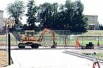NOVÝ NÁJEZD NA STADION POD HANKOVÝM DOMEM.  Jednou ze stavebních akcí, které město v současné době realizuje, je nový vstup na letní sportovní areál.