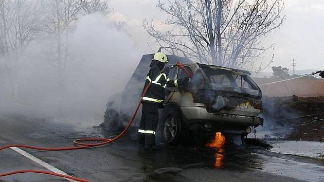 BMW zcela shořelo, škoda předběžně činí 600 tisíc korun