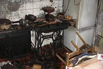 Po výbuchu v bytě hořelo. Nájemníka s popáleninami transportoval vrtulník