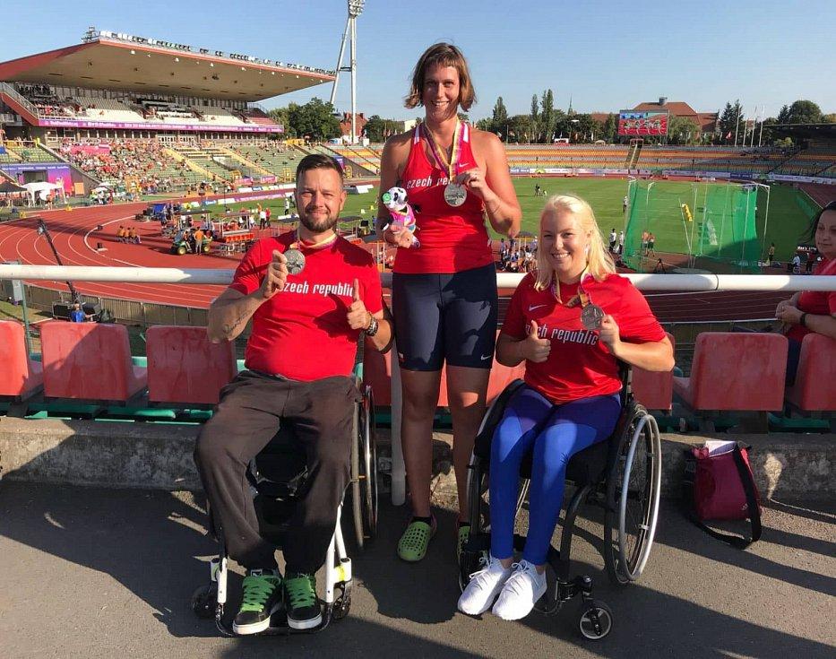 Paralympionik Aleš Kisý (vlevo) se stříbrnou medailí v Berlíně.