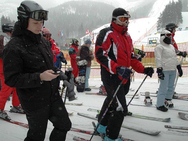 SNĚHOVÉ PODMÍNKY nejsou ideální, lyžovat se však ještě dá téměř ve všech zimních střediscích Krkonoš.