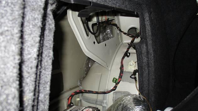 Léky s pseudoefedrinem ukryli do konstrukčních dutin vozidla, označil je služební pes.