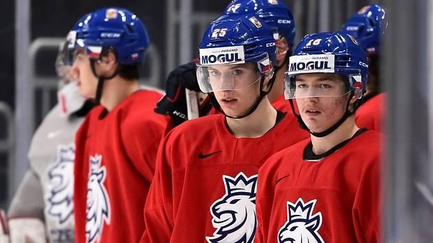 Jakub Rychlovský (uprostřed) si při šampionátu v Kanadě připsal pět odehraných utkání, v nichž se do statistik zapsal gólovou asistencí na vítěznou branku proti Rusku.