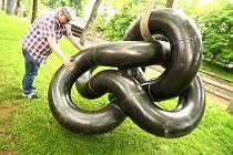 NÁBŘEŽÍ ÚPY i prostranství před Uffem již zdobí abstraktní díla mladých českých výtvarníků. Výstavu soch ve veřejných prostranstvích Trutnovapořádají pracovníci městské galerie již počtvrté.