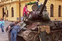 HLAVNĚ zvědaví kluci v Turnově obcházeli slavný tank, který účinkoval například ve filmu Tankový prapor. Patří sběrateli Viktoru Hořenímu.