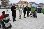 Místo sutě a křivých chodníků má Domov sv. Josefa v Žirči nové náměstí.