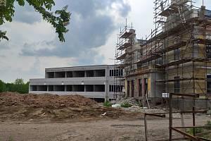 Přestavba vily povolení má, vedlejší přístavba ne.
