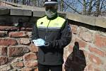 Strážníci Městské policie Trutnov rozdávají roušky lidem žijícím na ulici.