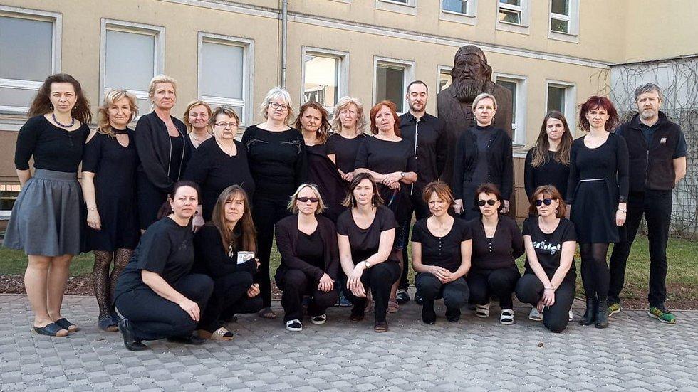 Učitelé v černém. K protestní akci, kterou pořádala Pedagogická komora, se připojili také učitelé ZŠ Komenského v Trutnově. Chtěli upozornit na problémy českého školství.