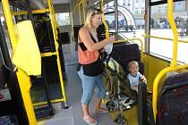 Nový nízkopodlažní autobus v bezbariérovém a ekologickém provedení v úterý představili zástupci společnosti Osnado veřejnosti na trutnovském Krakonošově náměstí.