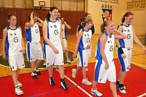 Šťastné úsměvy po zvládnuté kvalifikaci. Na turnaji hráčky poprvé, a úspěšně, pokřtily nové školní basketbalové dresy.