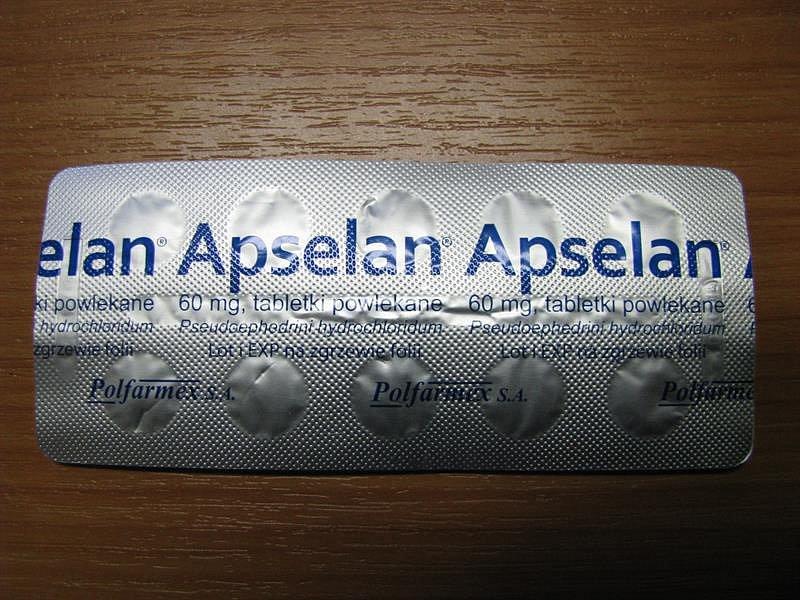 Černá taška umístěná na nádrži motocyklu, vníž byly uschovány tablety léku Apselan vblistrech bez originálních papírových krabiček.