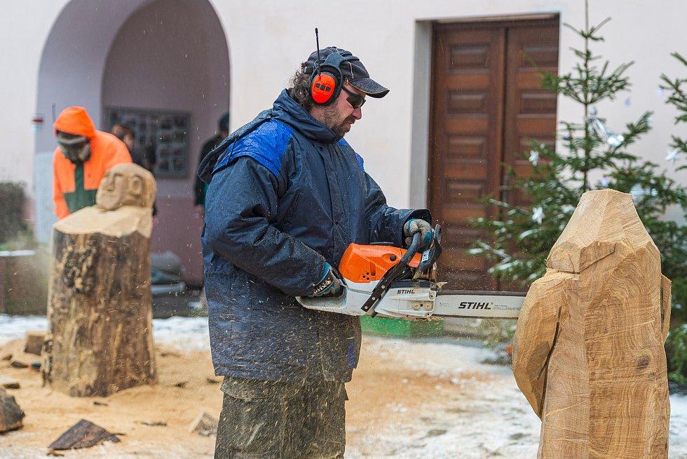 Dřevosochání motorovou pilou v Malých Svatoňovicích.