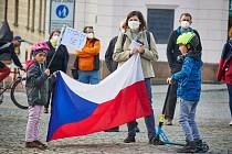 Čtvrteční demonstrace Hrad za hranou, republika v ohrožení na Krakonošově náměstí v Trutnově byla protestem proti prezidentovi Miloši Zemanovi.
