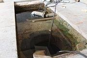Na dně velkého bazénu v Lázeňském Domě probíhají opravy vrtu Janského pramene, hlavního lázeňského přírodního zdroje.