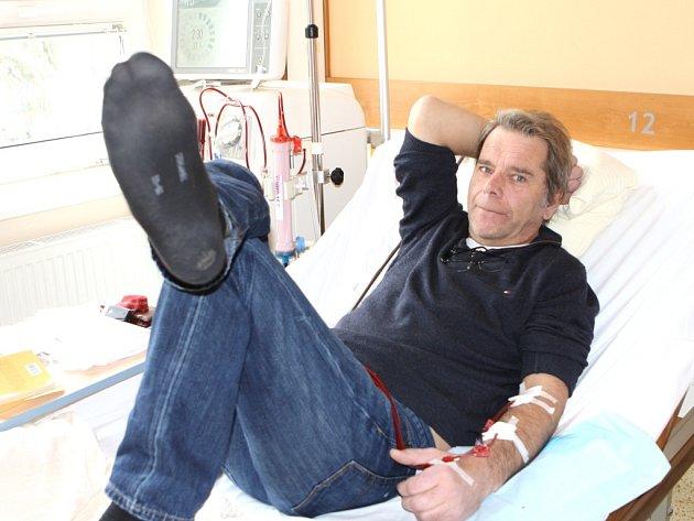 PACIENT Josef Müller musí  nyní jilemnickou nemocnici navštěvovat třikrát týdně. Bydlí v Německu, v Krkonoších je na návštěvě. A tak si cení toho, že může i tady na dialýzu docházet.