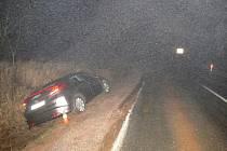 Řidič vytlačil mimo vozovku. A ujel