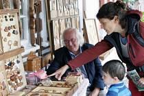Návštěvníci Krkonoš můžou během prázdnin poznávat zručnost regionálních umělců. Najdou je každý den, kromě pondělí, u prostor informačního centra a muzea Správy Krkonošského národního parku ve Vrchlabí na náměstí Míru.