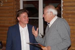 Starosta francouzského města Trouville sur Mer Christian Cardon (vpravo) převzal cenu významná osobnost města Vrchlabí od starosty Jana Sobotky.