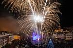 Užít si silvestrovský ohňostroj a přivítat nový rok přišly na Krakonošovo náměstí v Trutnově partičky lidí.