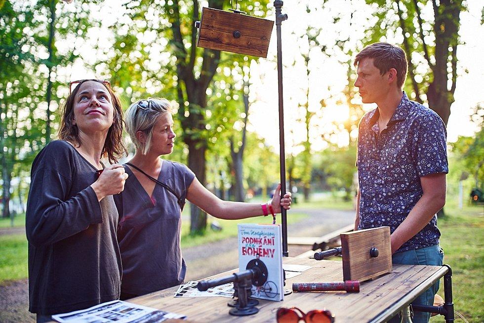 Tomáš Mrkvica vyrábí industriální nábytek z vodovodních trubek. Na svém workshopu na Artu Kus lidem ukázal, co se dá z takového netradičního materiálu sestavit. Přivezl ekologickou lampu vyrobenou přímo pro festival.