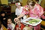 Asijská noc v knihovně Slavoj ve Dvoře Králové - výroba sushi
