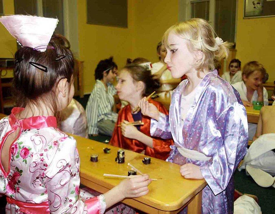 Asijská noc v knihovně Slavoj ve Dvoře Králové - sushi všem chutnalo