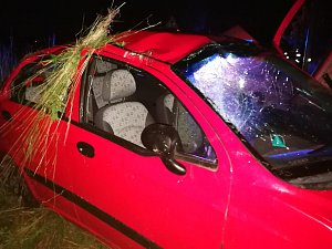 Matiz se zřejmě několikrát otočil přes střechu. Řidička je těžce zraněná.