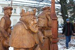 Krkonošský pohádkový betlém bude i letos součástí adventního období ve Vrchlabí. Řezbář Pavel Tryzna umístil do zámeckého parku pomocí jeřábu čtyřicet dřevěných postav a zvířat.
