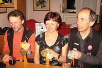 ÚSPĚŠNÍ MEDAILISTÉ Šimůnek (zleva), Gaudelová a Vejnar předvedli fotografům svoji sbírku cenných kovů.