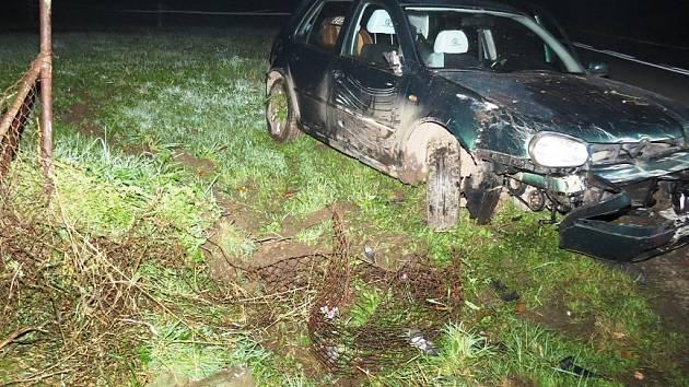 Třiačtyřicetiletý muž v sobotu večer havaroval mezi Trutnovem a Pilníkovem, na místě přišel o řidičák.
