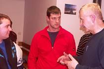 MÍSTOSTAROSTA Otakar Špetlík (vpravo) vysvětloval občanům na Bukovině podmínky získání dotace na rekonstrukci návsi.