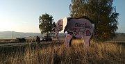 Deinstalace sloního bilboardu na cestě mezi Trutnovem a Dvorem. Oblíbený poutač skončí ve šrotu.