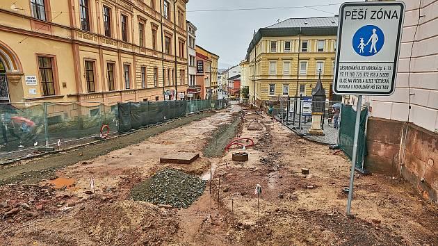 Pěší zóna v centru Trutnova prochází rekonstrukcí.