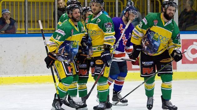 Dvorští hokejisté letos v základní části zatím pokaždé bodovali. Rivala z Jaroměře přestříleli v ofenzivní bitvě 7:6.