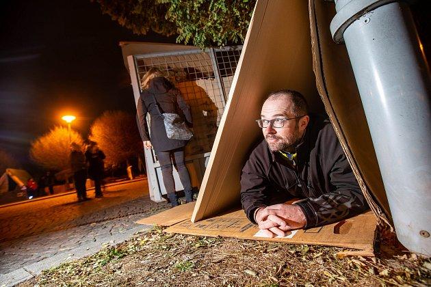 Královédvorský starosta Jan Jarolím si už podruhé vyzkoušel, jaké je přespávat venku a to i v zimě jen s kartony.