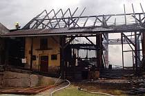 Oheň spolkl dvě stodly naráz