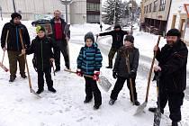 KAŽDÝ, kdo měl v trutnovském Středisku Hraničář k dispozici zdravé ruce a nohy, popadl hrablo, lopatu nebo jiné náčiní a pustil se do  úklidu sněhu ve městě.