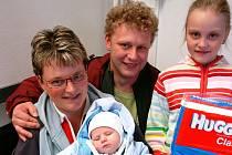 ODMĚNU ZA VÍTĚZSTVÍ ve čtenářské soutěži o nejkrásnější miminko za měsíc duben si v redakci Krkonošského deníku převzala rodina Frintova z Trutnova.