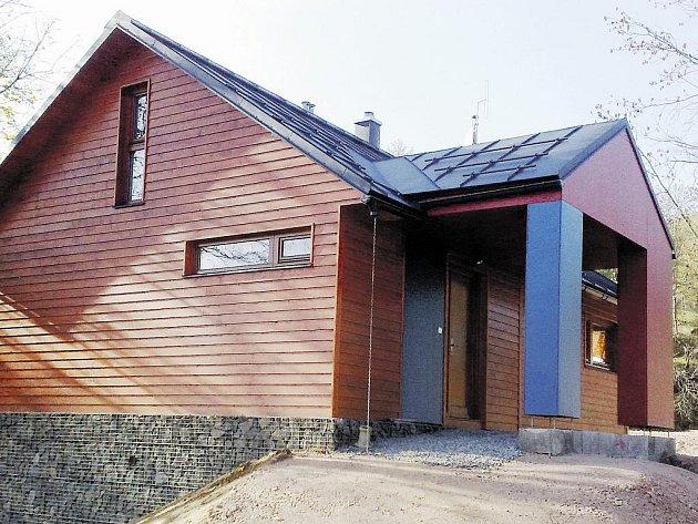 ČLENOVÉ HORSKÉ SLUŽBY budou mít od letošní zimní sezony v Černém Dole k dispozici kvalitní zázemí v nově zbudovaném objektu.