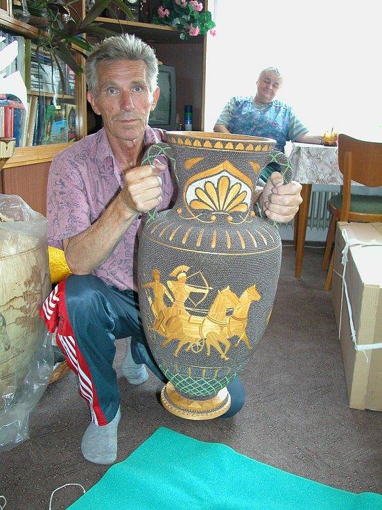 Tomáš Korda z Vrchlabí dokázal vyrobit ze sirek neuvěřitelné věci - například korintskou vázu.