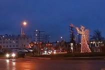 Řidiče, kteří přijíždějí do Vrchlabí od Trutnova, opět po roce vítá 5,5 metru vysoký anděl s trumpetkou. Jeho silueta už svítí na kruhovém objezdu u Lidlu.