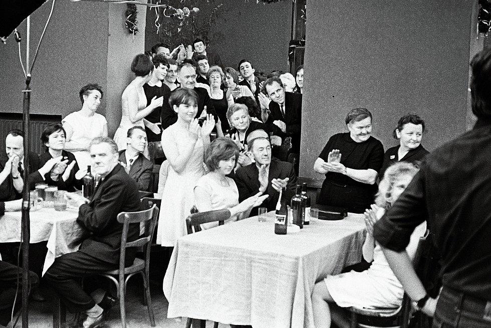 TAKHLE TO VYPADALO PŘI NATÁČENÍ. Film Hoří, má panenko se natáčel ve vrchlabském Kulturním domě Střelnice. Pro režiséra Miloše Formana to byl první barevný film. Za kamerou stál Miroslav Ondříček. Děj se odehrává na plese hasičů.