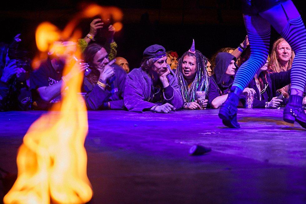 Hudební a sexuální show při festivalu Obscene Extreme v Trutnově.